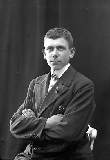 "Enligt fotografens journal nr 2 1909-1915: ""Karlsson, Knut Varfvet, Stenung""."