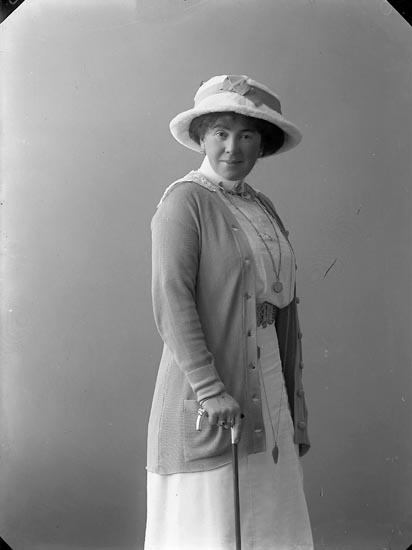 """Enligt fotografens journal nr 2 1909-1915: """"Pilo, Fru Varekil"""".  Enligt fotografens notering: """"Fru Signe Pilo Varekil""""."""