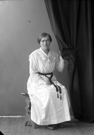 "Enligt fotografens journal nr 4 1918-1922: ""Olsson, Sofia Sanden Ödsmål""."