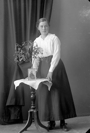 """Enligt fotografens journal nr 3 1916-1917: """"Johansson, Märta Åh, Ödsmål""""."""