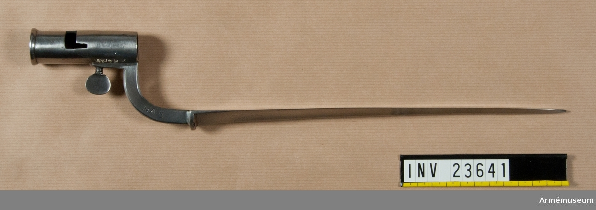 Grupp E II. Bajonett till gevär med flintlås för den år 1748 uppsatta kadettkåren.  Samhörande nr är:23640-41. Gevär, bajonett.