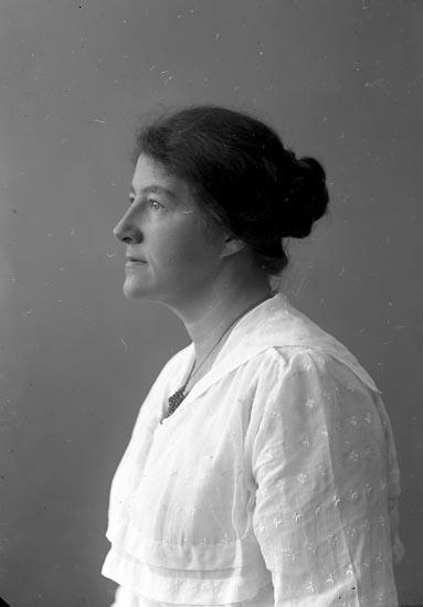 """Enligt fotografens journal nr 4 1918-1922: """"Sjunnesson, Fru Elsa Här""""."""