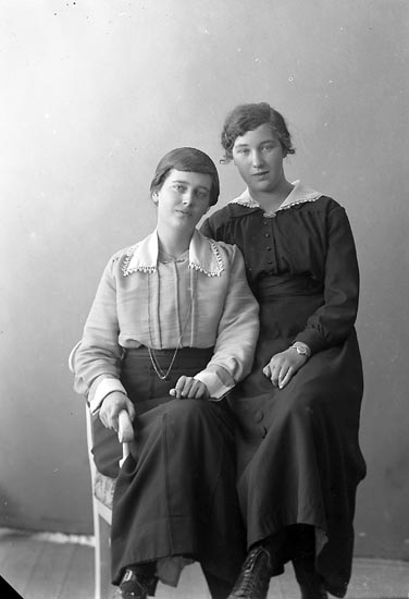 """Enligt fotografens journal nr 4 1918-1922: """"Svensson, Marianne Stationen Här""""."""