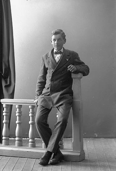 """Enligt fotografens journal nr 4 1918-1922: """"Andersson, Viktor Toröd, Jörlanda""""."""