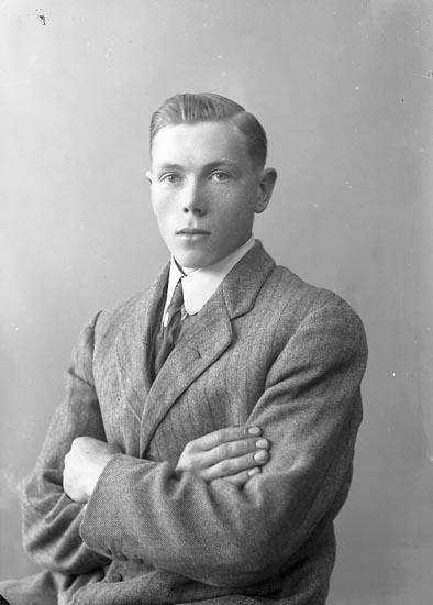 """Enligt fotografens journal nr 4 1918-1922: """"Olsson, Gustaf Hällebäck Här""""."""