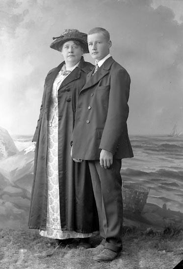 """Enligt fotografens journal nr 4 1918-1922: """"Ahlqvist, Alma Stockholm""""."""