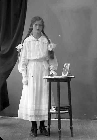"""Enligt fotografens journal nr 4 1918-1922: """"Jacobsson, Berta Korsgård Svenshögen""""."""