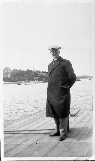 """Enligt fotografens journal nr 7 1944-1950: """" Parker, Kamrer Ernst Vikhem Här kopia""""."""