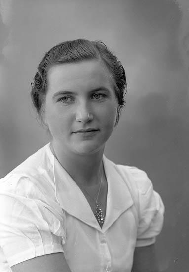"""Enligt fotografens journal nr 6 1930-1943: """"Olsson, Fr. Elsie Höviksnäs""""."""