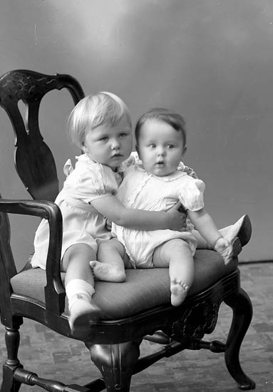 """Enligt fotografens journal nr 7 1944-1950: """"Nordlander, Brita o John Stenungsund""""."""