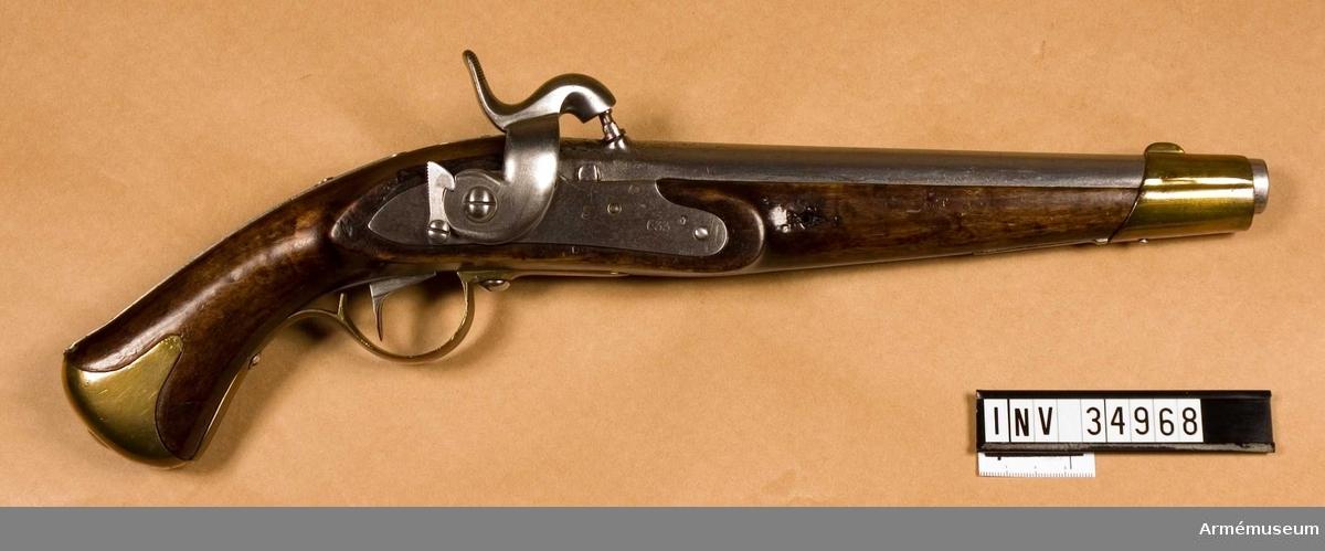 Grupp E III c.  Spetskulan l:23.16 mm, d:15,55 mm, vikt 25,88 gram. Krutladdningens vikt 3,31 gram. Fyra räfflor. Räffelstigning: Ett halvt varv på piplängden. Pistolen är ursprungligen en i Carl gustafs stads gevärsfaktori 1837 tillverkad studsarepistol med flintlås där låset 1850 ändrats till slaglås och pipan försetts med tapp enligt en 1849 fastställd förändringsmodell. Det gamla fänghålet är tärnat och en utstående järntapp anger dess plats. Knallhattstappen är inskruvad direkt i pipan litet till höger om siktlinje. På pipans vänstra platt står 3 och AM, på pipans udersida 1837, EH, P2, IF. 663 och  1850.  Den vid ändringen tillkomna slaglåshanen är kullrig och svängd ganska mycket in över pipan. Halvspännet är högt, men i hakspänn står hanens slagyta blott obetydlig över knalhattsstappen. På låsbleckets utsida står krönt C och 633, på insidan ÅG, 1837 och AM. På stockens vänstra sida bakom sidblecket är inslaget numret 633. På sidbleckets och näsbandets insida är inslaget ett B och på kolvkappans vänstra flik stå 5 och 70. På de skruvar som fasthåller anslagsjärnet, är numret 21 inslaget.  Se i övrigt AM 34966. J. Alm 1942. (sign)  Samhörande nr 34968 pistol, 34998 löskolv.