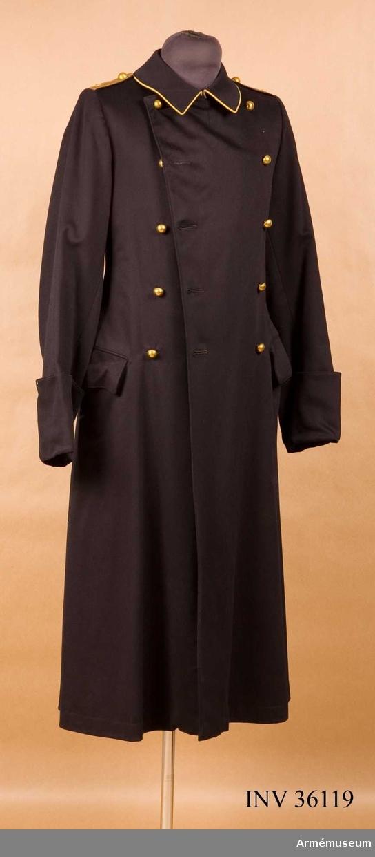 Grupp C I. Ur uniform för major vid Skånska kavalleriregementet. Består av dolma, långbyxor, ridbyxor, kappa, mössa. Uniformen har burits av major Sven Torén.