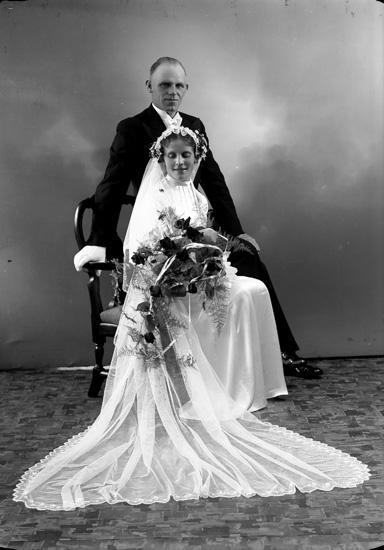 """Enligt fotografens journal nr 6 1930-1943: """"Persson, Edvin Almebergsg. 16 Varberg""""."""