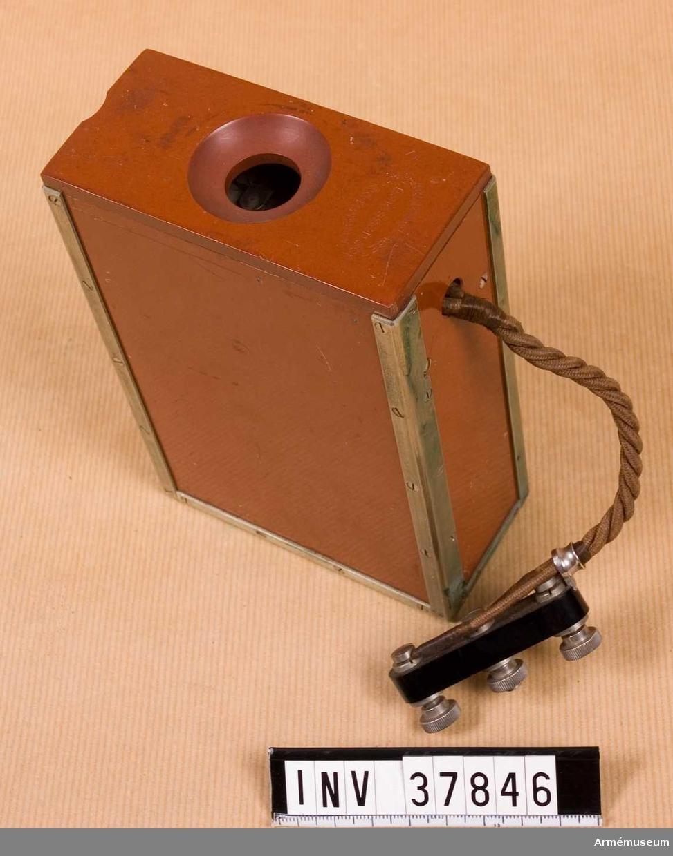Grupp H I.   Apparatlåda med innehåll. Ett kontaktstycke anslutet med ledningssnöre. Saknade delar: vibratortangent och skruvmejsel och fastsättningsanordningar för bådadera på locket, sju kontaktskruvar i lådans övre fack.