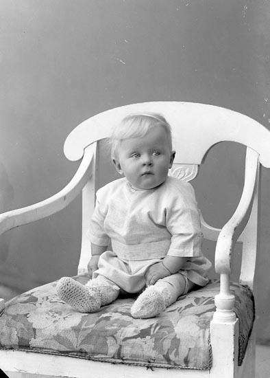 """Enligt fotografens journal Lyckorna 1909-1918: """"Karlsson, Tage Lyckorna""""."""