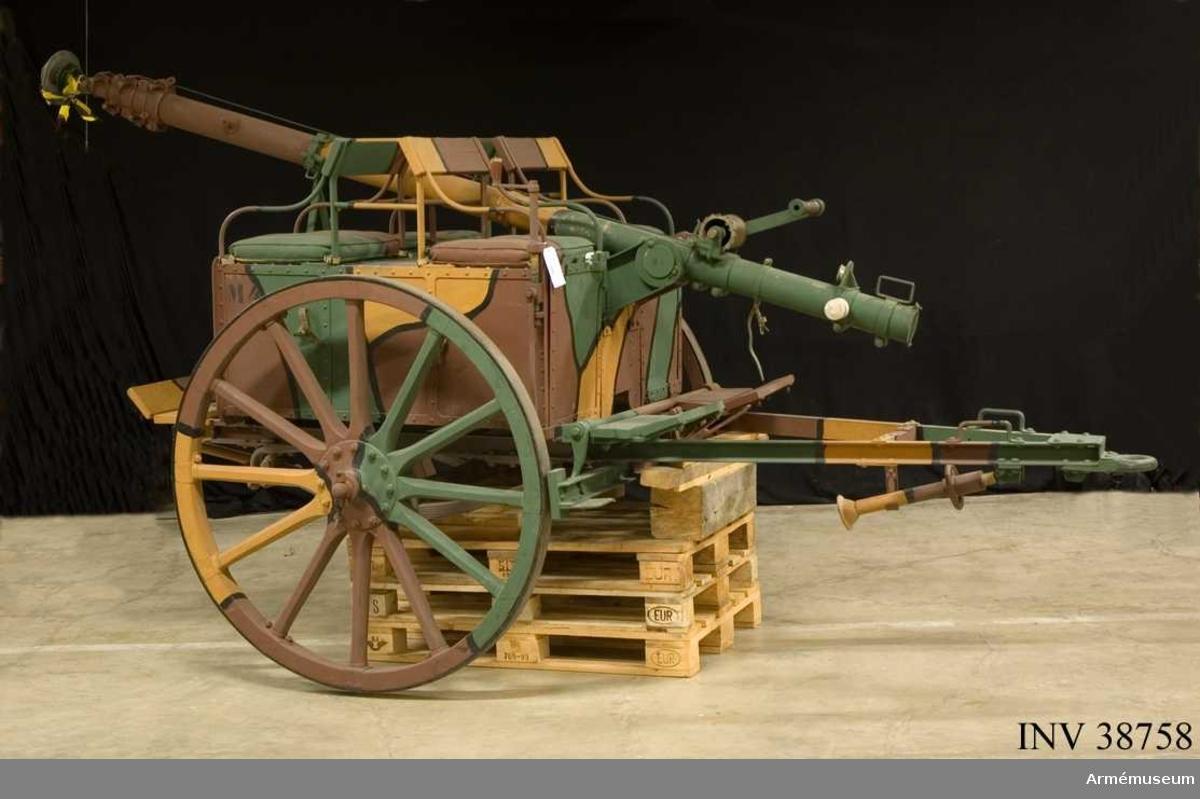 """Grupp H II. Mastvagn. Signalmateriel. Bör benämnas """"mastbakvagn till 2 kw åkande vagnradiostation ca 1917"""". Masten är märkt """"M8"""", vagnen har märkning """"M4"""" och vajern för mastens resande """"M9"""". Uppgifterna hämtade ur Radioinstruktion 1921 (hektograferad) /1987-10-29 EW."""
