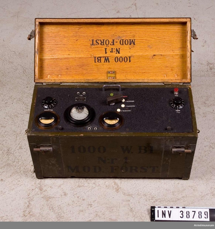 Grupp H II.  Tillbehör till radiostation 1000 W vari det bl. a. ingår motor, sändare, förstärkare, mikrofonförstärkare, materiellåda med innehåll, antennlåda och generator.  Samhörande nr AM.038787-AM.038793 radiostation 1000 W.