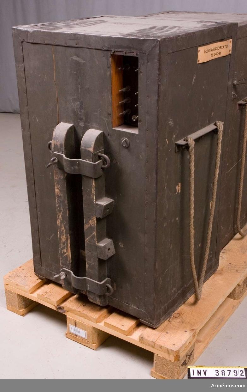 Grupp H II.  Tillbehör till radiostation 1000 W vari det bl. a. ingår motor, sändare, mod.förstärkare, mikrofonförstärkare, materiellåda med innehåll, antennlåda och generator.  Samhörande nr AM.038787-AM.038793 radiostation 1000 W.
