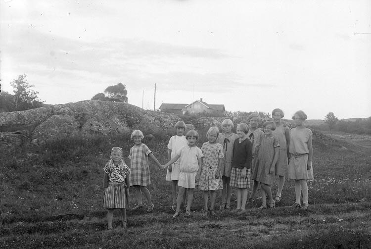 """Enligt fotografens journal nr 5 1923-1929: """"Barnkolonien, Uppegård, Här"""". Enligt fotografens notering: """"Gruppbild på barnkolonien. Magister Tillas, Uppegård""""."""