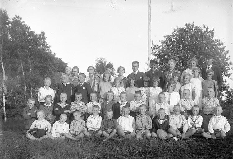 """Enligt fotografens journal nr 5 1923-1929: """"Barnkolonien, Magister Tillas, Uppegård gr. barnen""""."""