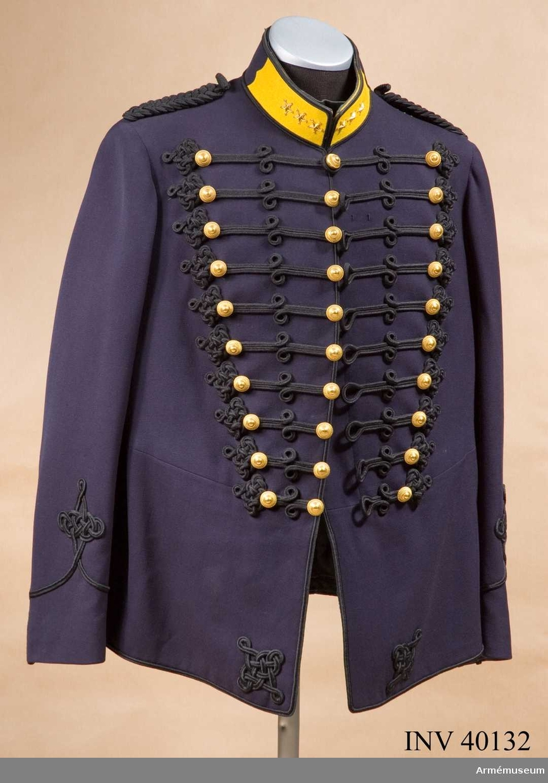 Grupp C I. Ur uniform för kapten vid Bodens artilleriregemente. Består av attila, långbyxor, käppi, plym, pompong, skärp, kängor.Buren av kapten Killander.