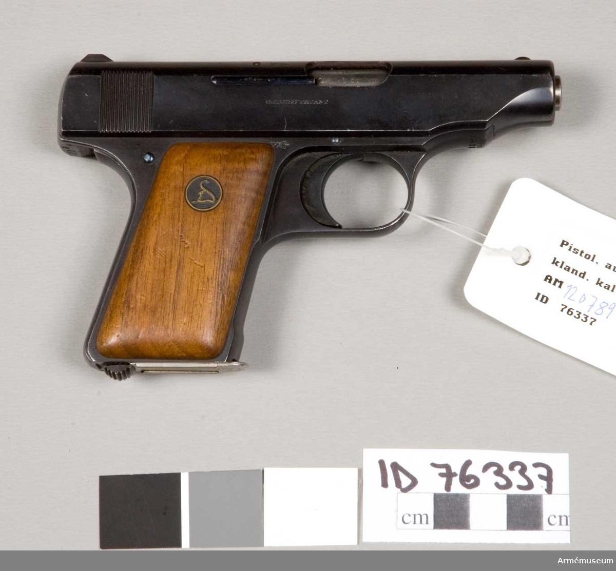 Grupp E III.  Med orginalmagasin. Pistolen är blånerad och har bruna släta kolvskenor, som pryds med ett S fornat märke, som troligen skall föreställa en orm. detta märke förekommer även på pipmanteln och magasinet. På mantelns bägge sidor står: DEUTSCHE WERKE WERK ERFURT Germany 130809.