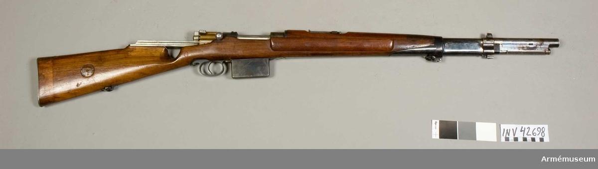 """Grupp E IV e. Halvautomatgevär. Försöksmodell 1907. Gevärets ursprungliga nummer """"202450""""."""