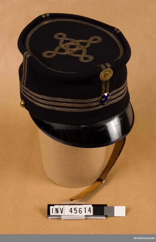 Grupp C I. Ur uniform för auditör bestående av syrtut, kavaj, ridbyxor, väst, mössa, skjorta, stärksaker, svart rosett, knappar, stövlar med sporrar, koppel.
