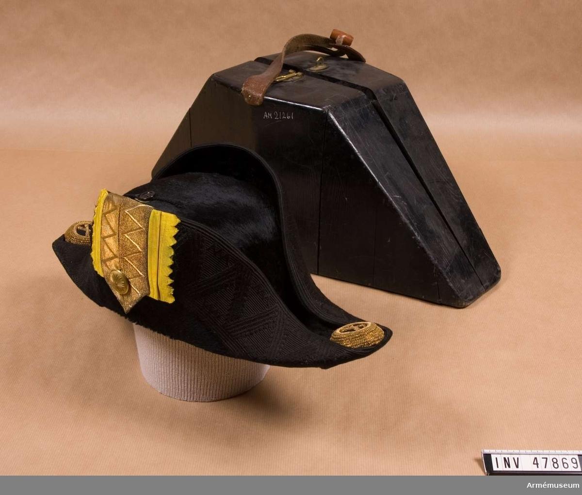 Grupp C I. Trekantig hatt m/1854-59. Ur uniform för överste vid Fortifikationen, bestående av  vapenrock, axelklaffar, långbyxor, trekantig hatt, plym, skärp, resårkängor, klacksporrar, spänne med ordensband. Buren av ståthållare Adolf Murray, överadjutant i H M Konungens (Gustaf V) stab, f d adjutant i H M Oscar II:s fd stab.