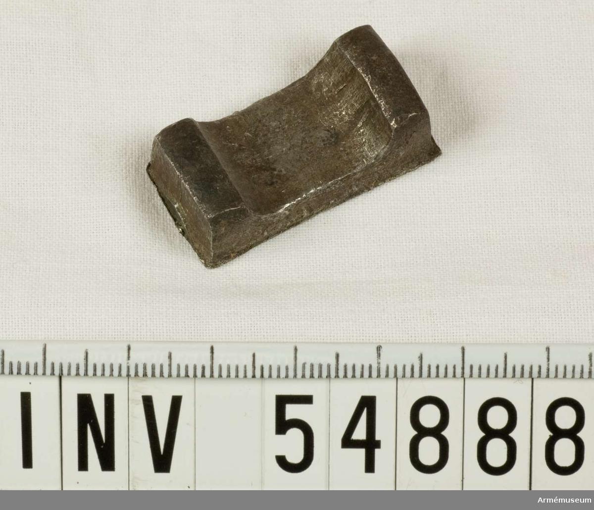 Grupp E VIII.   Del till pipa. Nr 3 (av 9. Ev. saknas en 10:e.) i tillverkningsordningen. Gevärsdel t 1867 års gevär m/1867; en av c:a 400 delar.
