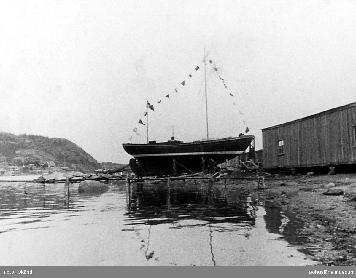 """Dr. Kristianssons båt ""Voila"" 12 m. koster 30 talet."" ""Första bilden av Vindövarvet."" ""1 644."" "" Nr. I"""