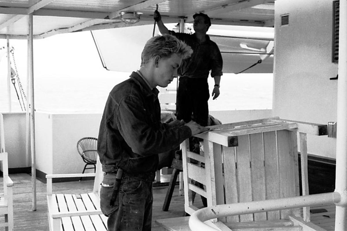 Afrikaresa, arbeten ombord. Samtidigt förvärv: Böcker och arkivmaterial. 35 bilder i serie.