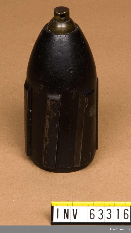 """Grupp F II.  Granat, 7,4 cm (2""""5) till framladdningskanon. Med sex järnvingar och centreringsknapp, 1860."""