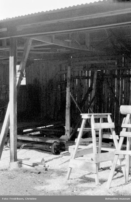 """Motivbeskrivning: """"Bröderna Karlssons varv, byggnad för vinterförvaring, uppförd 1940 - 1941."""" Datum: 19800711 Riktning: Nv"""