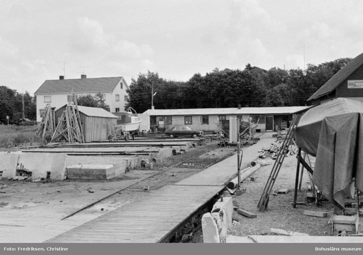 """Motivbeskrivning: """"Stenungsunds Båtvarv, se Bb 15: 10."""" Datum: 1980-07-15 Riktning: Ö"""