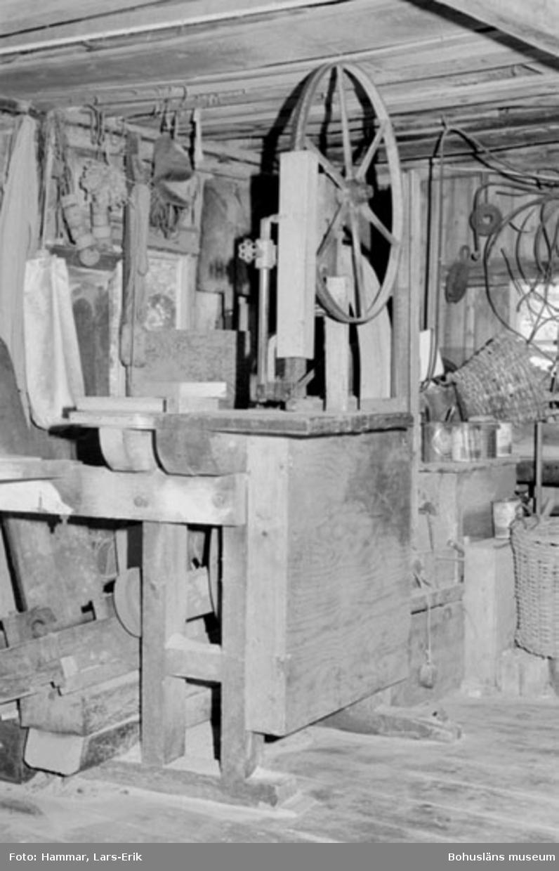 """Motivbeskrivning: """"F.d varv i Skredsvik, Bottnafjorden. (båtbyggare Johan Jonasson fram till 1942 Karl Johansson 1942-1975). Interiör från båtbyggarverkstaden. På bilden syns en bandsåg."""" Datum: 19800717"""