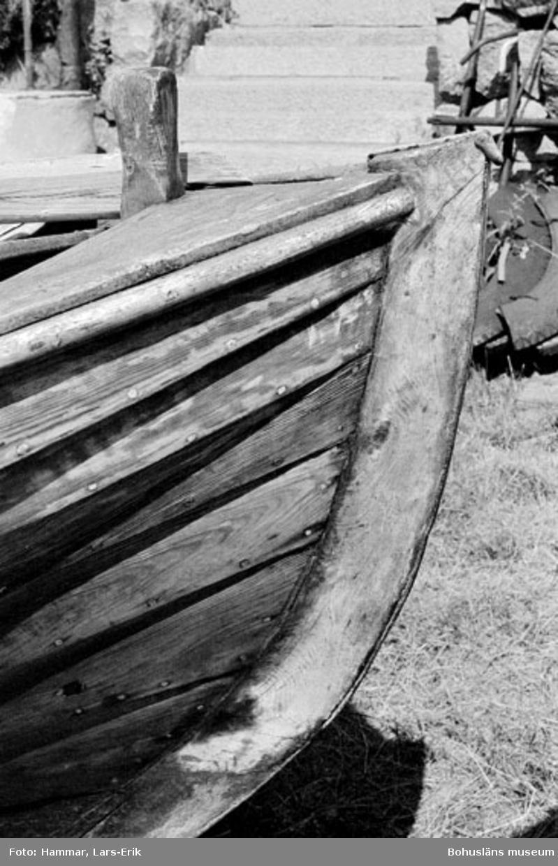 """Motivbeskrivning: """"F.d varv i Skredsvik, förstäv till bohusjulle byggd av Karl Johansson år 1951 (båten var den sista Karl Johansson byggde)."""" Datum: 19800717"""