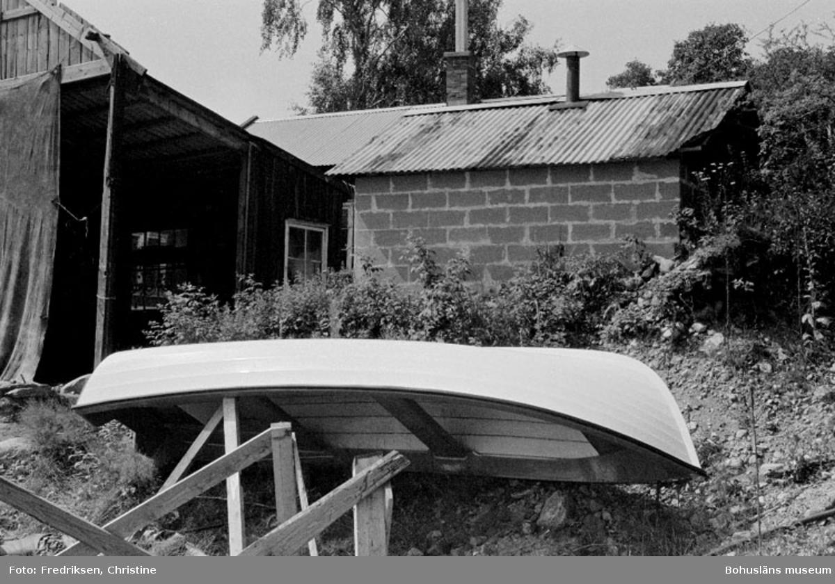 """Motivbeskrivning: """"Askeröns Marina AB, St. Se Bb 18:17."""" Datum: 1980-07-23 Riktning: V"""