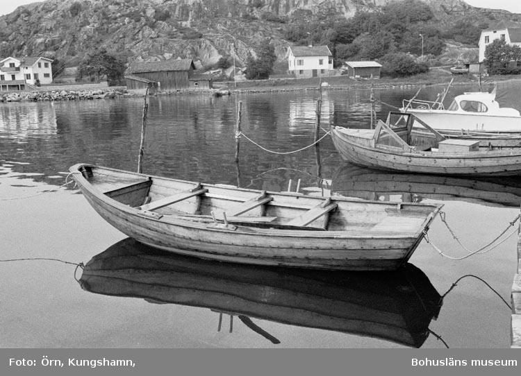 """Motivbeskrivning: """"Bohuseka, 15 fot, mahogny. Byggd av Wictor Carlsson, Örn, PA Kungshamn, i början av 1960-talet. Foto: Örn, PA Kungshamn """"."""