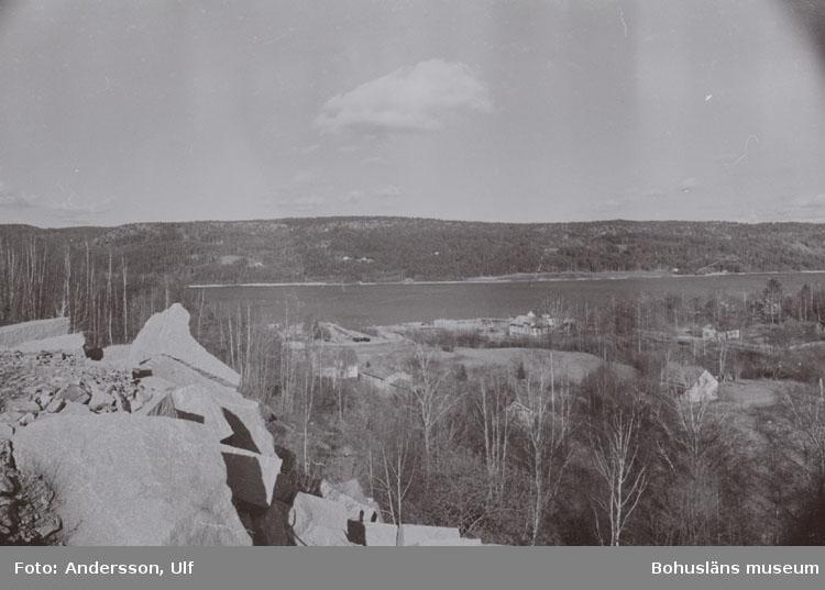 """Bohusläns samhälls- och näringsliv. 2. STENINDUSTRIN. Film: 7  Text som medföljde bilden: """"Översikt Krokstrand från Liabrottet. April -77."""""""