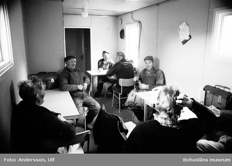 """Bohusläns samhälls- och näringsliv. 2. STENINDUSTRIN. Film: 13  Text som medföljde bilden: """"Interiör lunchrummet. Lunchrast."""""""