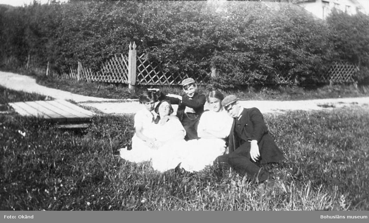 Ett glest rutmönstrat staket någonstans i Bohuslän på 1910-talet. Hörnstolpen har fått en extra elegant utformning.