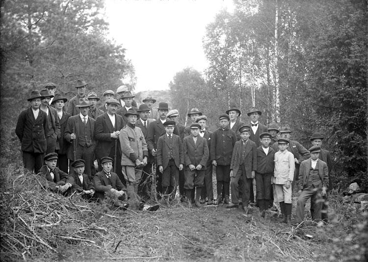 """Enligt noteringar: """"Skytteföreningen på Torreby. Föreningen hade en skjutbana i skogen en bit från Vinterbacken, på Torrebys ägor. En drivande kraft i föreningen var skogvaktare Schött. Bilden är tagen 22 september 1920."""" (BJ)"""