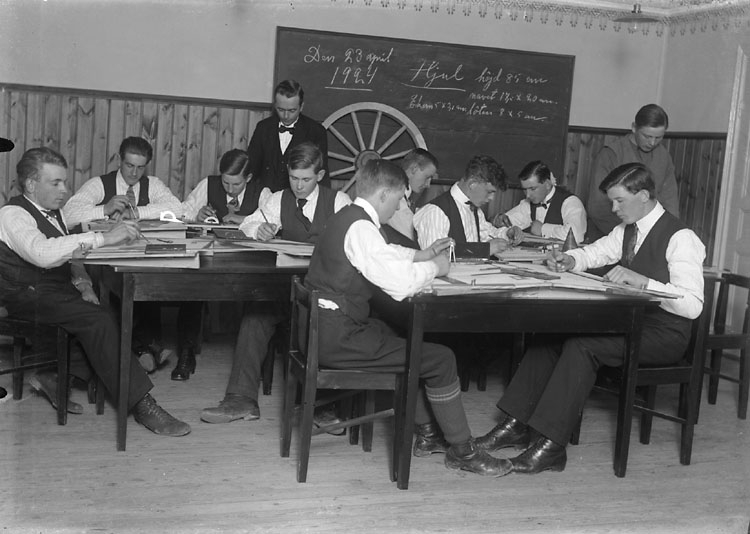 """Enligt noteringar: """"23 april 1924. Teorigrupp, Nordbergska stiftelsens slöjdskola. Läraren kan vara Algot Carlsson."""" (BJ)"""