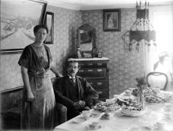Karl och Anna Strid vid det  dukade kaffebordet