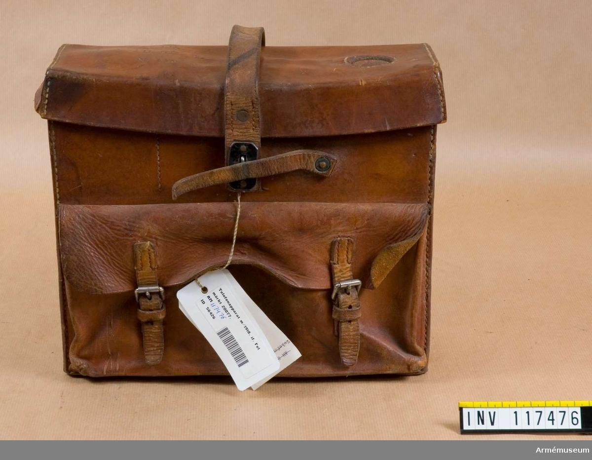 Märkning på läderfodralets lock: A.10. 1.10 CM.B. No 103