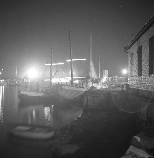 """Text till bilden: """"Lysekil. Norra Hamnen. Kvällsbilder 1939.10.26""""."""