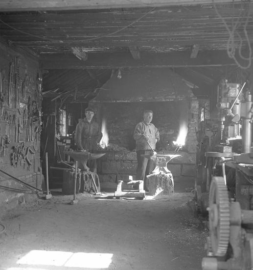 """Text till bilden: """"Per Persson. (smedjan) Landsvägen 16. 1948.06.04"""""""