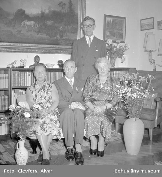 """Text till bilden: """"Apotekare Bjerkei. Medaljutdelning. 1954.07.04""""           i"""