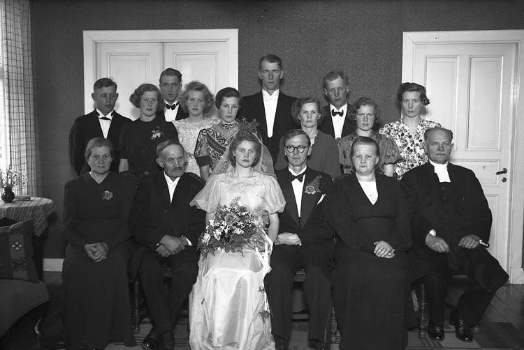 """Text till bilden:""""Brudpar med gäster""""."""